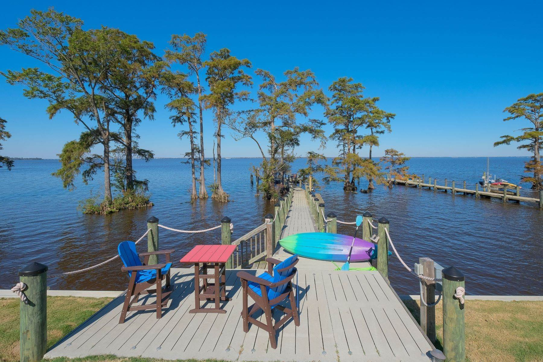 35. Single Family Homes for Sale at HANDSOME WATERFRONT COTTAGE! 154 W Royal Way Merry Hill, North Carolina 27957 United States